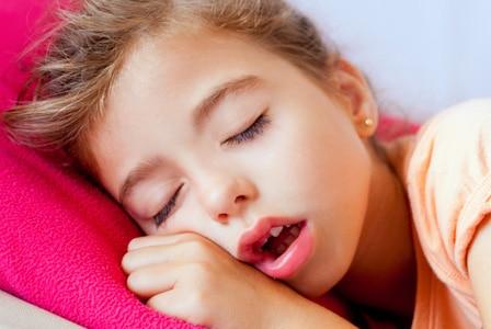 Il mio bambino russa e respira con la bocca aperta, cosa devo fare?